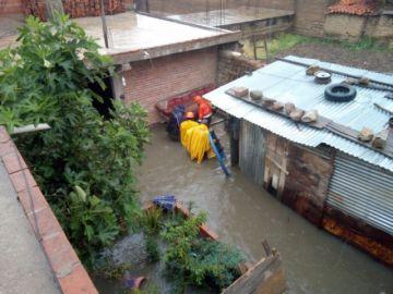 Lluvia: Una vivienda se inunda en Sucre y Alcantarí suspendió vuelos por una hora