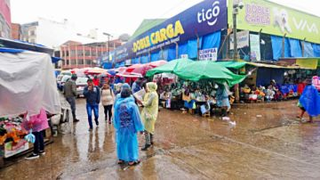 Copiosa lluvia sorprende  y provoca inundaciones