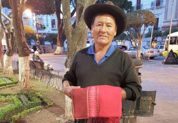 Vendedor de artesanías,  ejemplo de honestidad
