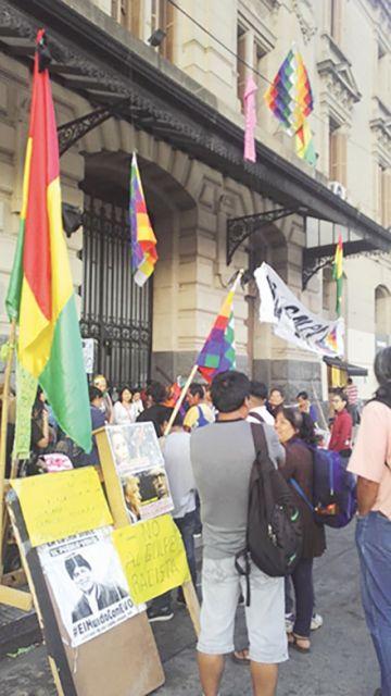 Toman embajada boliviana; el Gobierno no ve perjuicio
