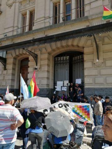 Bolivianos y activistas argentinos mantienen viligia y obstrucción a embajada y consulado en Buenos Aires