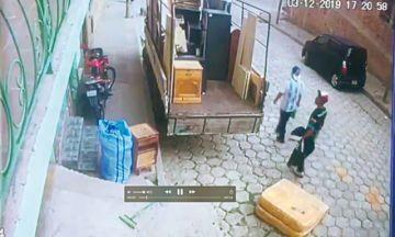 Cámara registra el robo de celular de un camión
