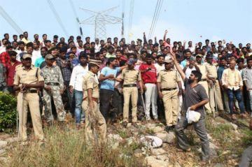 India: La Policía mata a 4 supuestos violadores y la gente celebra