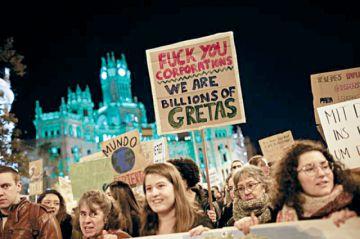 Miles de personas marchan por el clima en Madrid