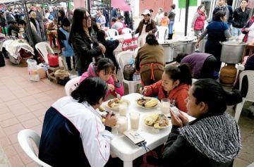 Ferias ofrecen varios productos navideños y gastronomía típica