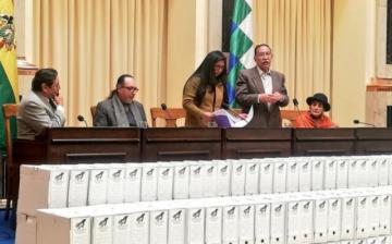 Comisión de la Verdad entrega expedientes de víctimas de las dictaduras