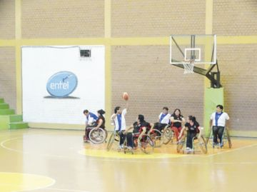 Acaba torneo de básquet sobre silla de ruedas