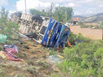 Sucre: Mueren 6 personas al volcar bus de costado