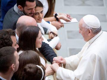 Francisco rechaza ordenar como sacerdotes a casados