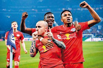 El Leipzig golea al Schalke y aprieta al Bayern