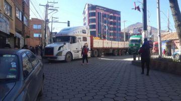 Potosí: Transporte pesado bloquea y pide traslado de zona de carguío de mineral