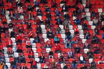 Los espectadores vuelven a los estadios de fútbol en Hungría