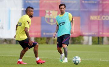 Messi salta al césped en el entrenamiento del Barcelona en el Camp Nou