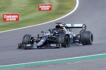 Hamilton se impone en Gran Bretaña con una rueda pinchada