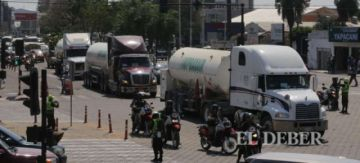 El convoy de oxígeno que partió de Santa Cruz, varado en el bloqueo de un municipio cruceño