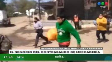 Bolivianos cruzan a pie y sin protección para realizar compras en Salta
