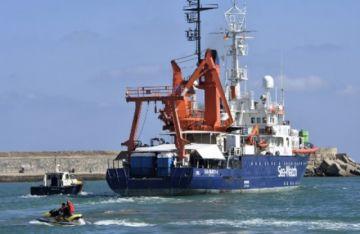 Localizan barco con una decena de personas inertes cerca de España