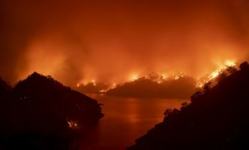 Incendios de California se propagan, enturbian el aire y obligan a más evacuaciones