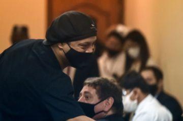Juez concede libertad a Ronaldinho tras más de 5 meses de prisión en Paraguay
