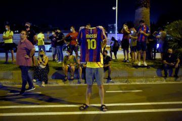Aficionados del Barça protestan por la salida de Messi
