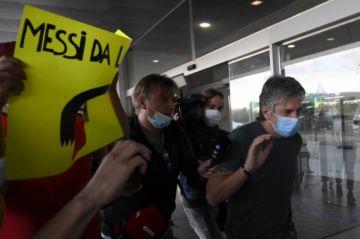 El padre y agente de Messi aterriza en Barcelona para discutir el futuro del jugador