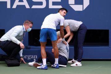 Djokovic, descalificado del Abierto de EEUU por lanzar una pelota contra una jueza de línea