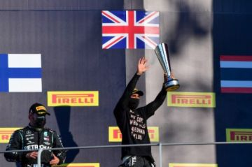 Hamilton gana caótico GP de la Toscana y acaricia récord de Schumacher