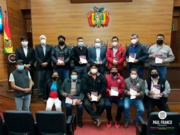 Dirigentes fabriles y de la COB reciben publicaciones sobre derechos laborales