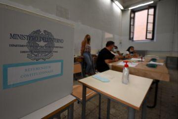Los italianos votan en referéndum y elecciones regionales pese al coronavirus