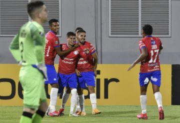 Wilstermann gana 3-1 a Peñarol y revive sus aspiraciones en la Libertadores