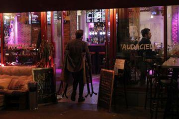 París declara alerta máxima por rebrote de covid-19 y cierra sus bares