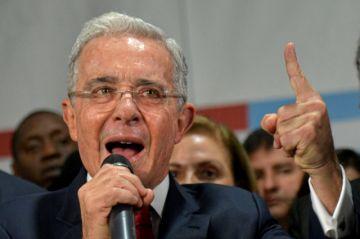 El expresidente colombiano Álvaro Uribe recupera su libertad por orden de jueza
