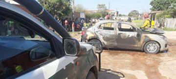 Hombre incendia el coche de su esposa en Santa Cruz