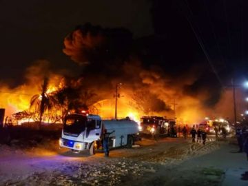 Bomberos intentan controlar voraz incendio en Parque Industrial de Santa Cruz