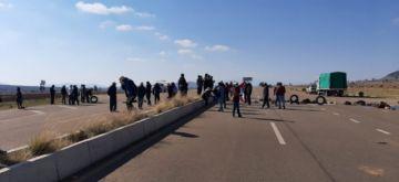 Bloquean carretera al aeropuerto Alcantarí