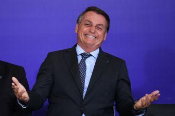 """Bolsonaro pide a Brasil dejar de ser """"un país de maricas"""" por la pandemia"""