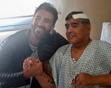 Maradona sale en ambulancia del hospital, 8 días después de cirugía en la cabeza