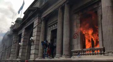 Prenden fuego al Congreso de Guatemala