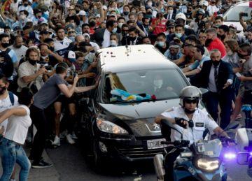 Miles de personas saludaron cortejo fúnebre de Maradona camino al cementerio