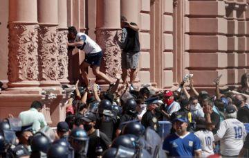 Incidentes en la Casa Rosada obligan a retirar féretro de Maradona de la capilla ardiente