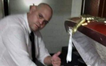 Indignación por foto de empleado de funeraria junto al cuerpo de Maradona