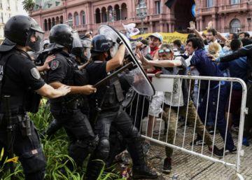 Incidentes alrededor de la sede de Gobierno argentino en la despedida a Maradona