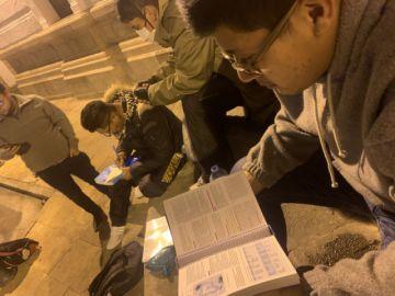 """Tutapuris, médicos que """"operan"""" libros de noche y de madrugada"""