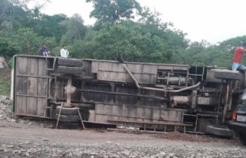 Chuquisaca: Un bus vuelca en Cañón Verde por las malas condiciones del camino