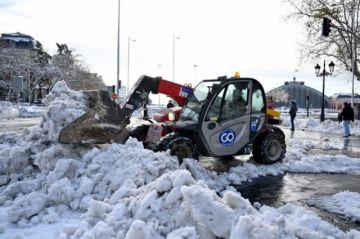 Carrera contrarreloj en España para quitar la nieve antes de una ola de frío