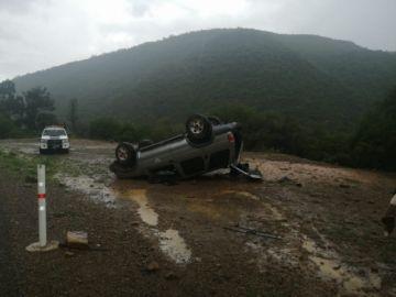 Una roca ocasiona un accidente de tránsito en la Diagonal Jaime Mendoza
