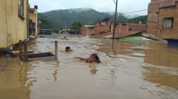 """El desborde de dos ríos inundó """"casi la totalidad"""" del centro poblado de Guanay"""