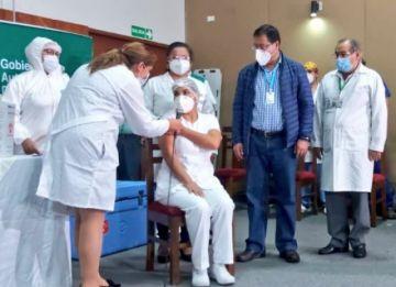 Madre y creyente de Dios, así es la primera mujer que recibió la vacuna en Santa Cruz