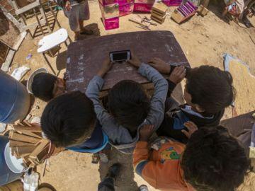 Escolares reciben celulares y víveres de ciudadanos solidarios