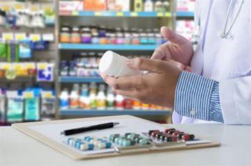 Arrestan a siete funcionarios de farmacias que atendían sin título profesional